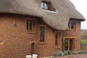 Дом из глины и соломы. Экологическая идея строительства
