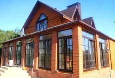 Высокие окна в загородном доме