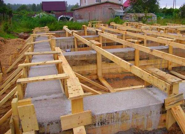 Ленточный-фундамент-под-деревянный-дом