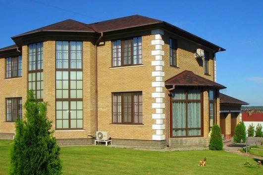 Высокие-окна-в-загородном-доме